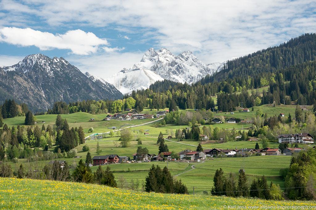 """Blick von Tiefenbach über Kornau zum """"Allgäuer Dreigestirn"""" Trettach, Mädelegabel und Hochfrottspitze"""