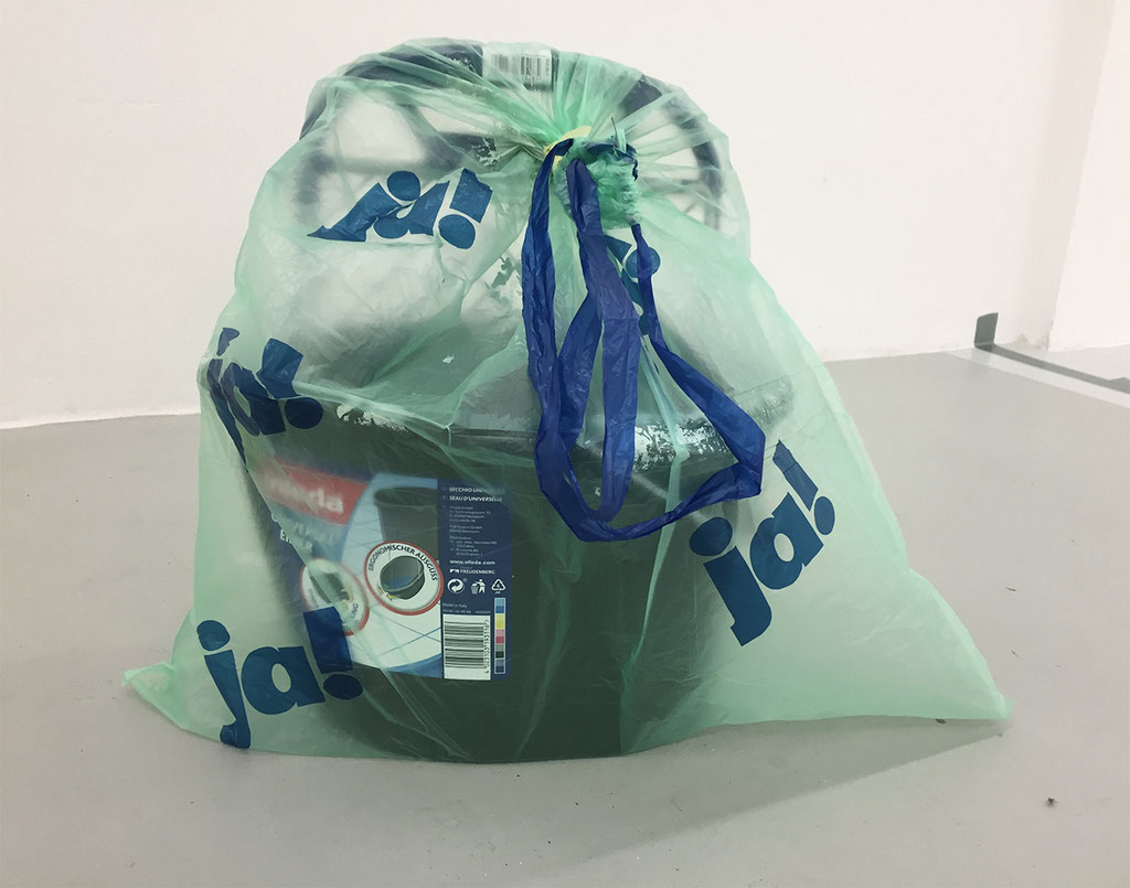 ,,fresh'' 2018 / 30x40x20 cm Farbeimer im Müllsack
