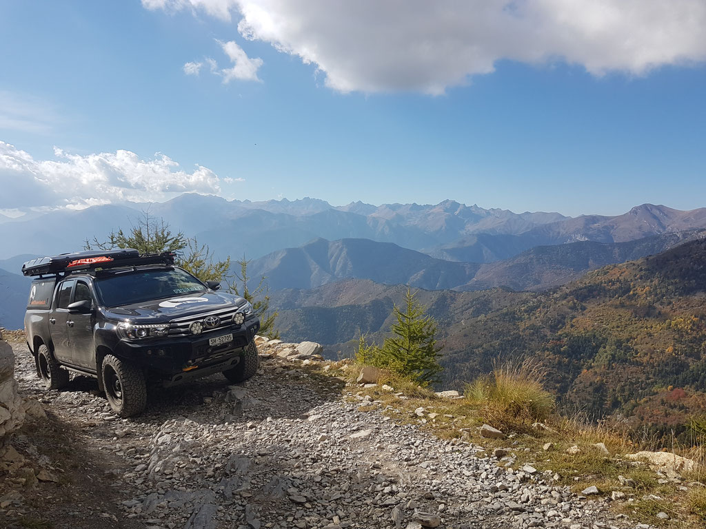 Westalpen Ligurische Grenzkammstrasse Toyota Hilux Revo 2017 2.4 #ProjektBlackwolf Alu-cab offroad overland expedition 4x4 AFN ARB Frontrunner outfitters #borntoroam Horntools Rival James Baroud Discovery Awining Markise bfgoodrich TJM wolf78-overland.ch
