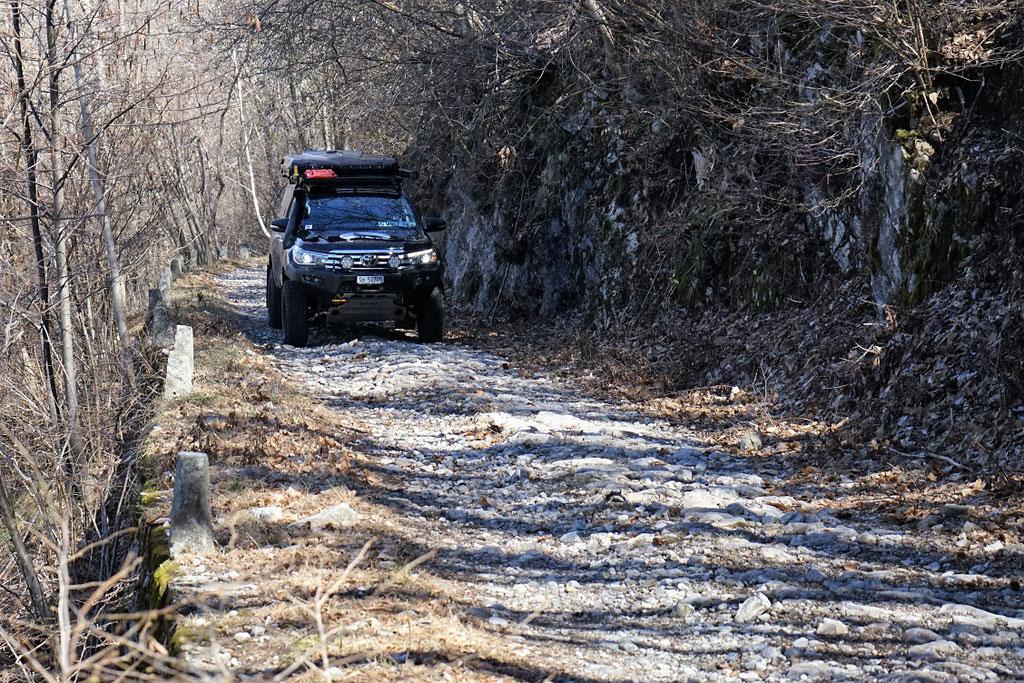 Lago Maggiore Toyota Hilux Revo 2017 2.4 #ProjektBlackwolf wolf78 Alucab offroad overland expedition 4x4 AFN Steelbumper ARB frontrunneroutfitters BornToRoam Winch Rival James Baroude Dachzelt Awining bfgoodrich  TJM Italien wolf78-overland.ch
