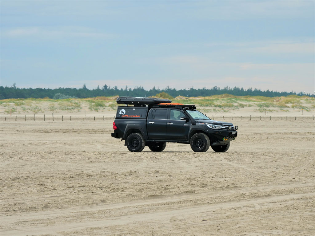 Strand St. Peter-Ording Wolf78-overland #Nordkappundzurück Toyota Hilux 4x4 Maxtrax Alu-Cab #Projektblackwolf #DriveYourOwnWay James Baroud Discovery roadtrip travel overland offroad  Strandsessel Strandkorb Nordsee