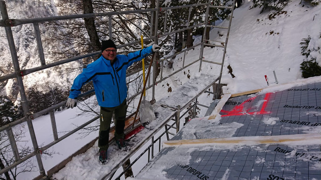 Gerüst von Schnee und Eis befreien
