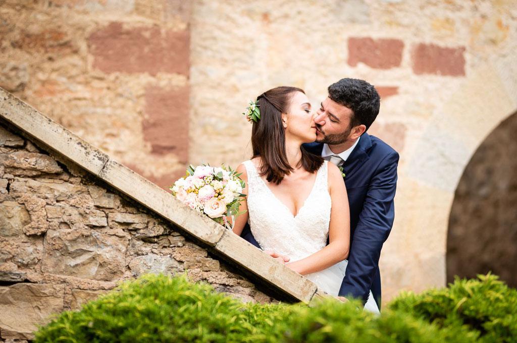 Mariés s'embrassant dans les escaliers