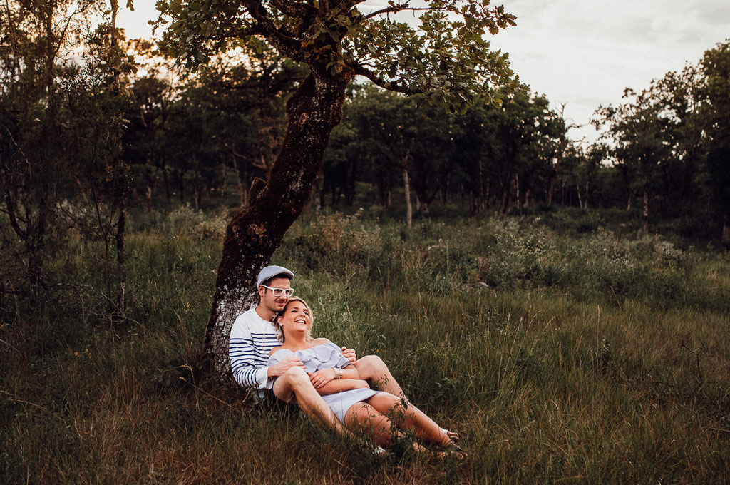 Amoureux au pied d'un arbre