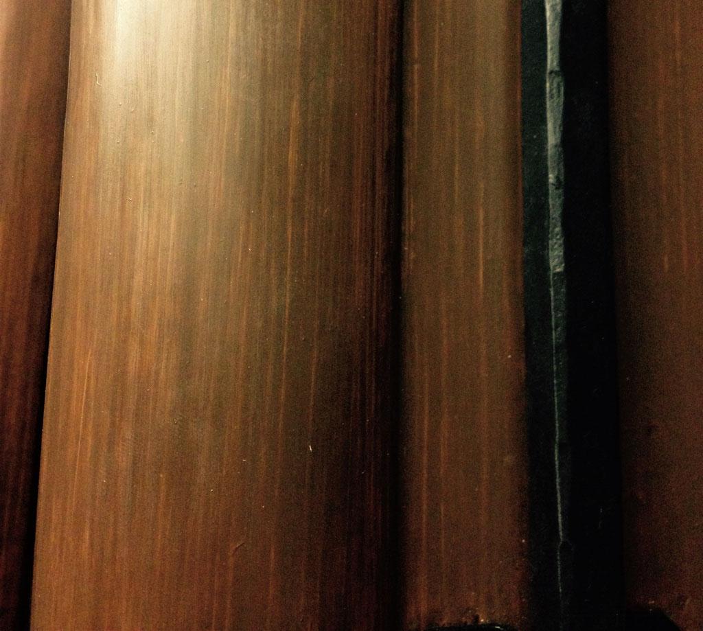 Nahaufnahme von Holzimitationsmalerei an einer historischen Tür