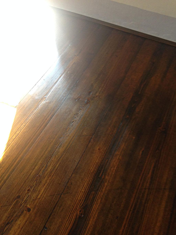 fertige Oberfläche des historischen Fußbodens, farblich angepasst und veredelt mit Leinölprodukten