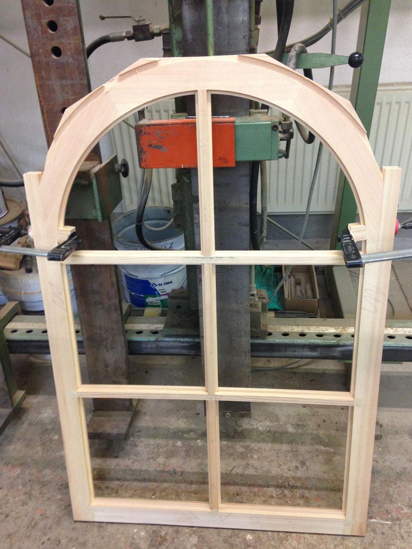 1:1 detailgetreuer Nachbau des Rundbogenfensters und Verwendung der originalen Profile, Fasen, Verzierungen und Eckverbindungen