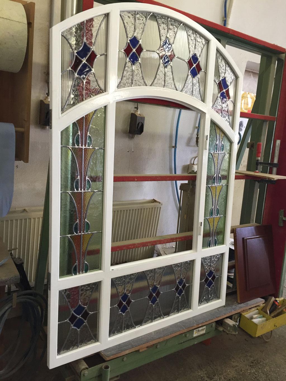 Restaurierung von Fensterrahmen, Flügel und den historischen Bleiverglasungen