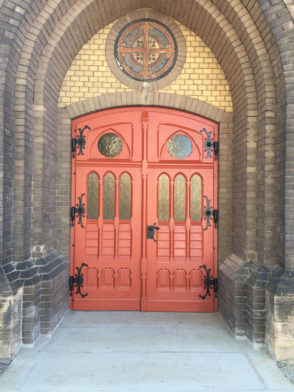 Restaurierung von Innen- und Außentüren mit aufwendiger Holzornamentik, St. Martini Kirche
