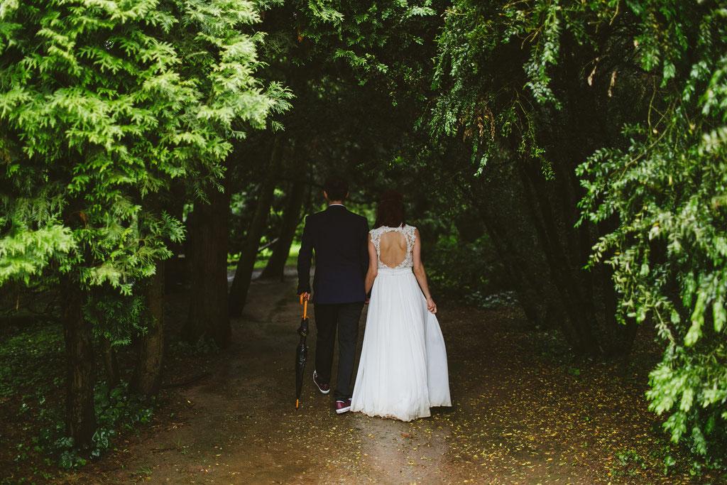 Glückliches Hochzeitspaar trotz Regen