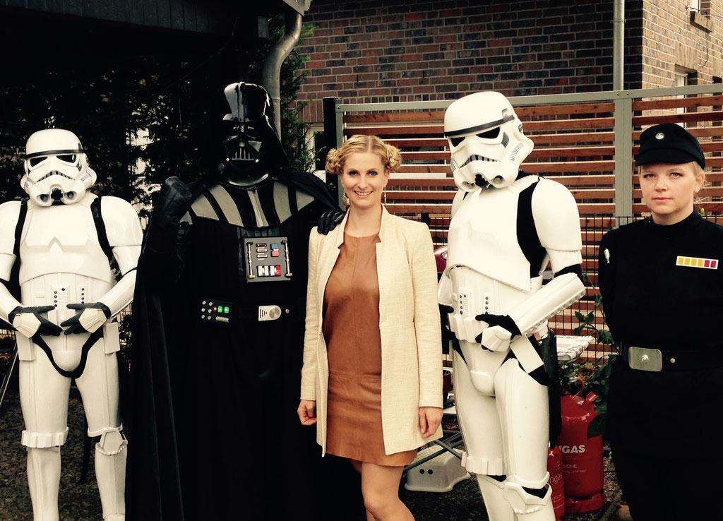 Das Geleit des Brautpaares für den Ein- und Auszug bei der Star-Wars-Hochzeit