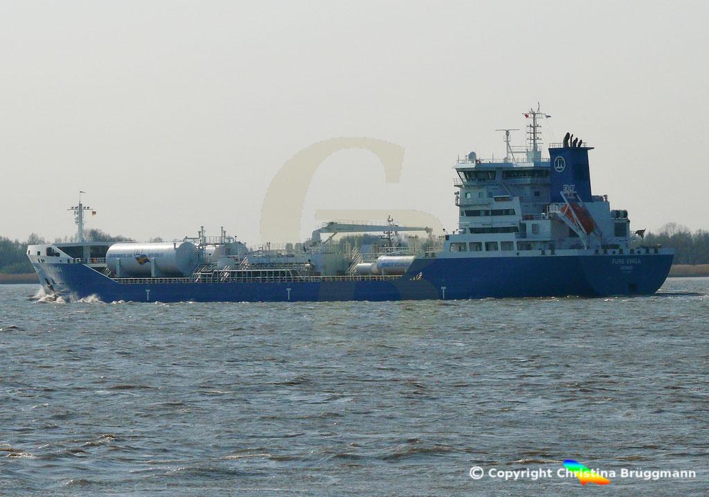 Öl-/Chemietanker FURE VINGA, Elbe 02.04.2019,  BILD 7