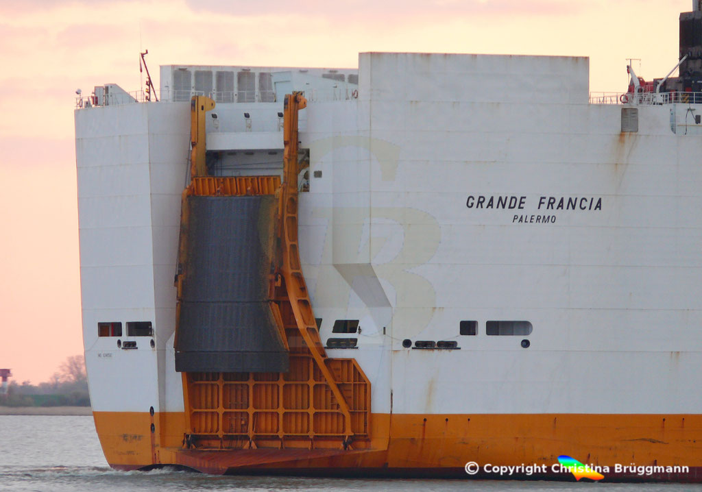 Con-Ro Frachter GRANDE FRANCIA, Heckrampe, Elbe 10.04.2019,   BILD 5