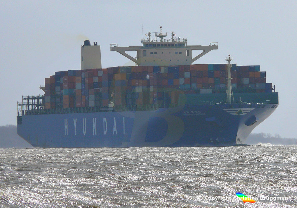 """Containerschiff """"HYUNDAI TOGETHER"""" 01.04.2015  Elbe / BILD 1"""
