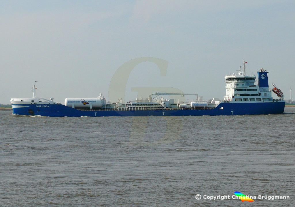 Öl-/Chemietanker FURE VINGA, Elbe 02.04.2019,  BILD 4