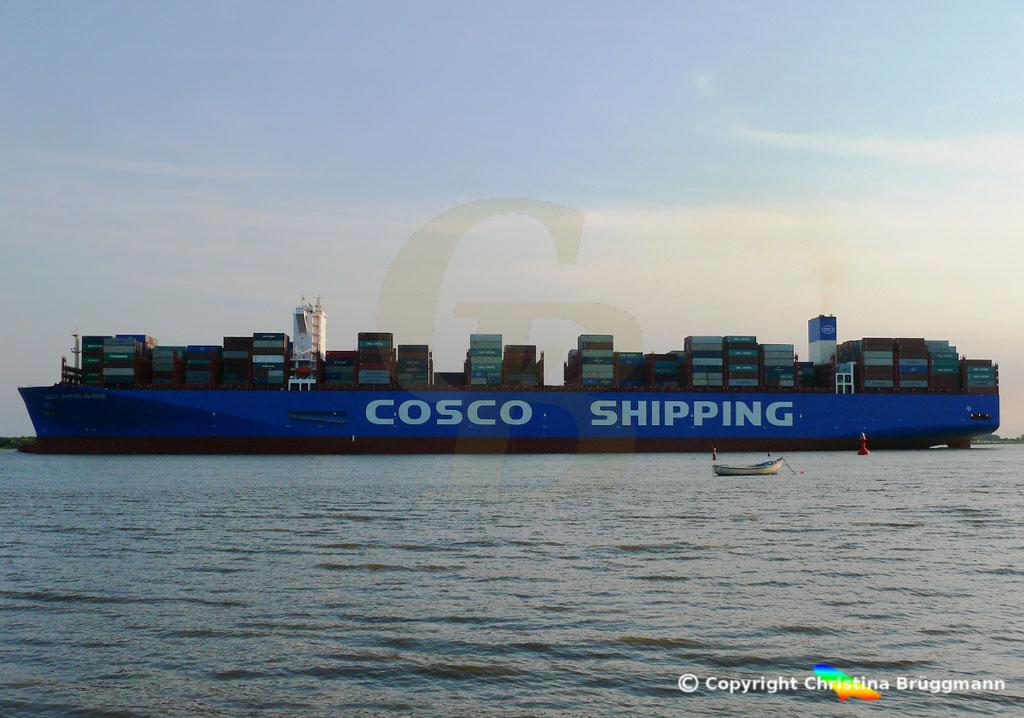 Containerschiff COSCO SHIPPING UNIVERSE, Elbe 19.07.2018, BILD 2