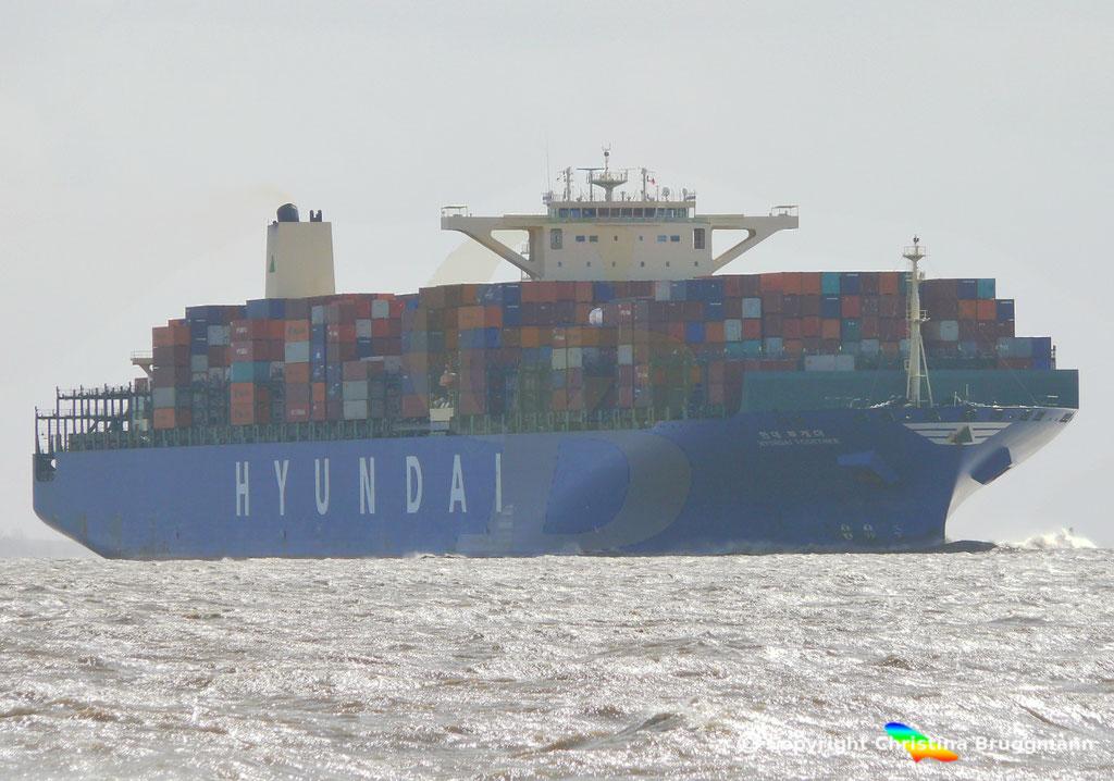 """Containerschiff """"HYUNDAI TOGETHER"""" 01.04.2015  Elbe / BILD 2"""