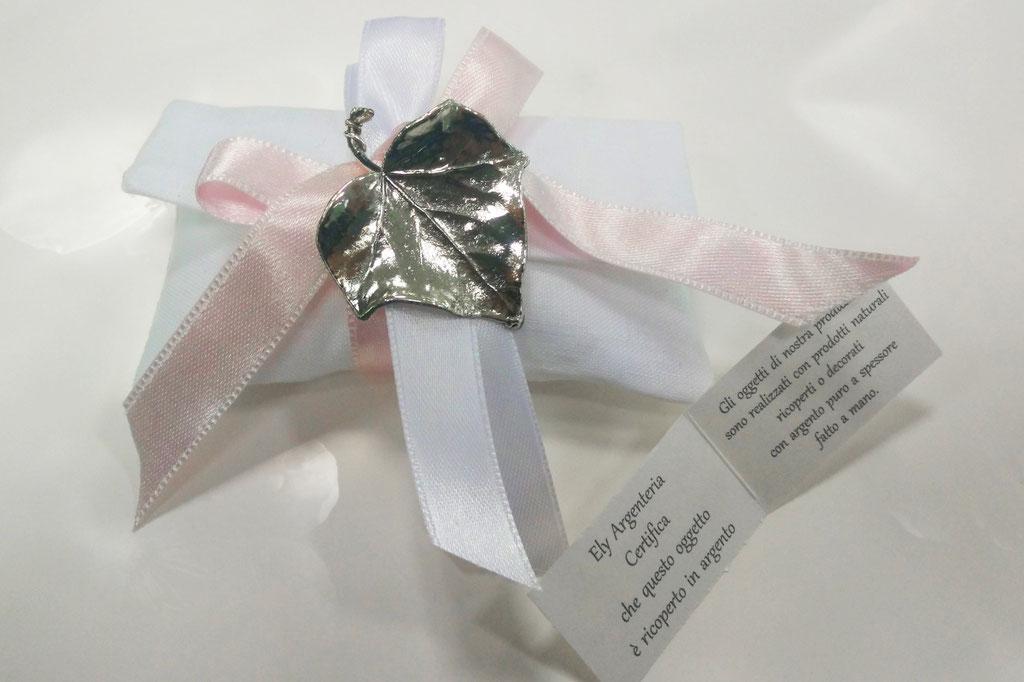 Pochette in Puro lino bianco con foglia di edera vera ricoperta in argento a spessore