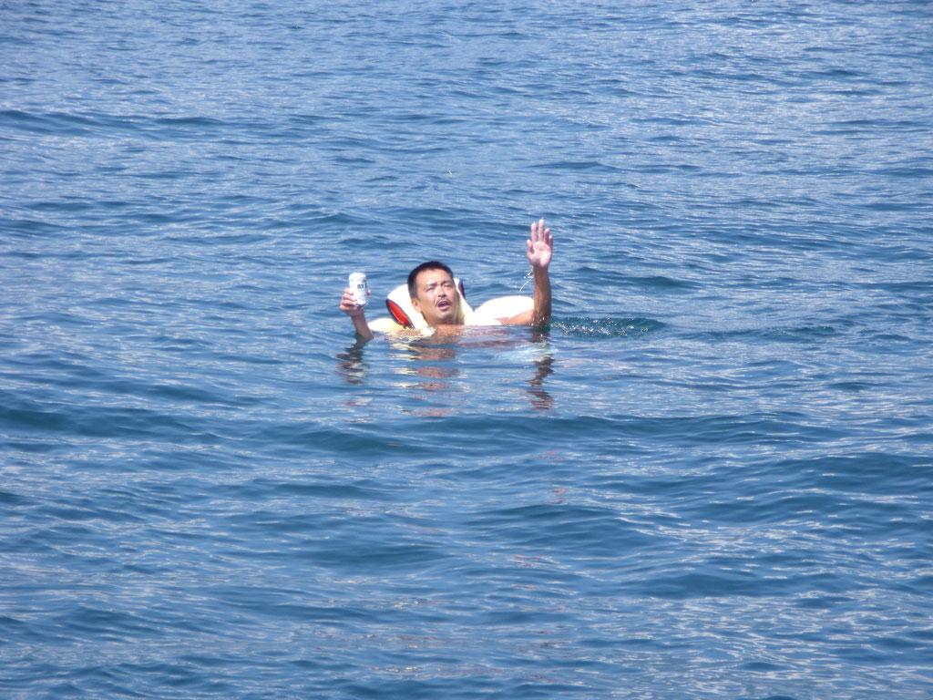 琵琶湖で浮きながらビール