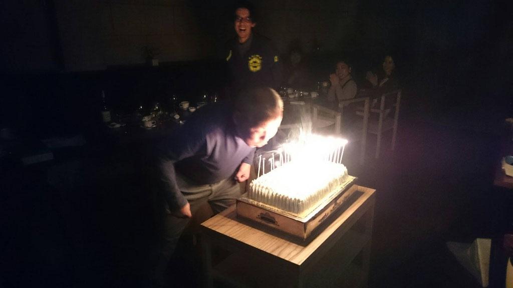 65本のローソクが立ったケーキ