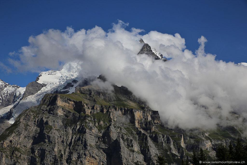 Blick Richtung Jungfrau - eingehüllt in ein Wolkenband