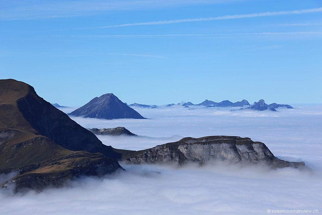 Das Mittelland ist komplett unter der Nebeldecke verschwunden. In der Ferne erkennt man die Spitze des Niesen.