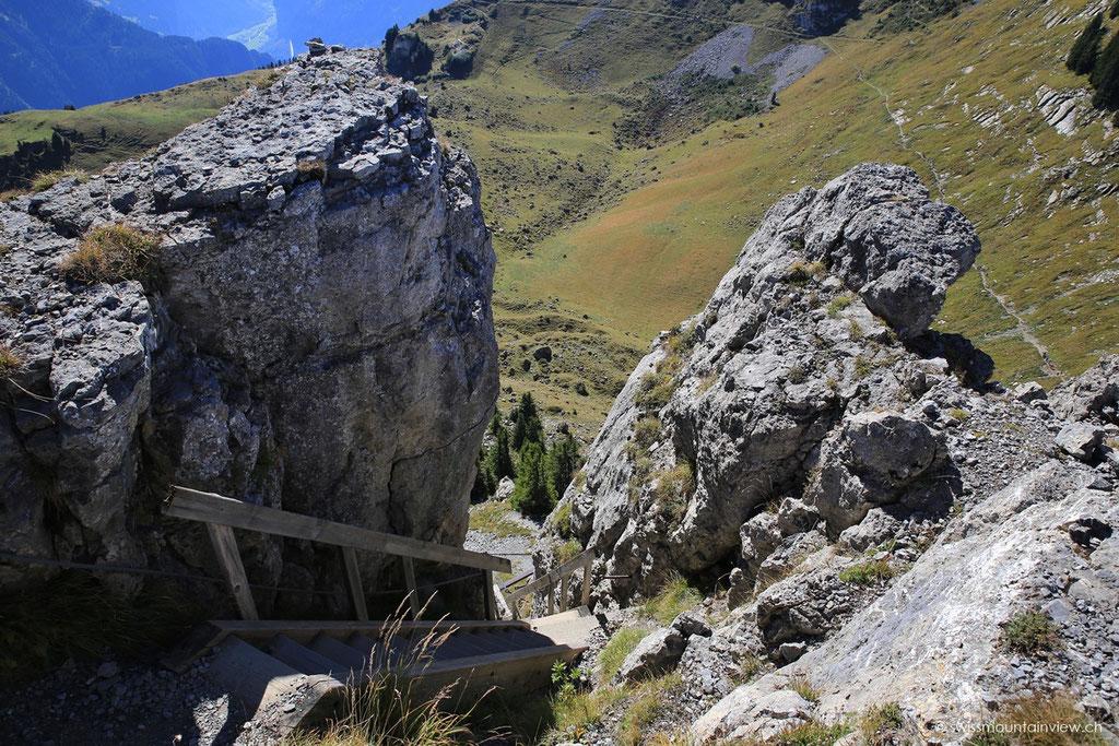 über eine Holztreppe den Gipfel des Oberberghorns.