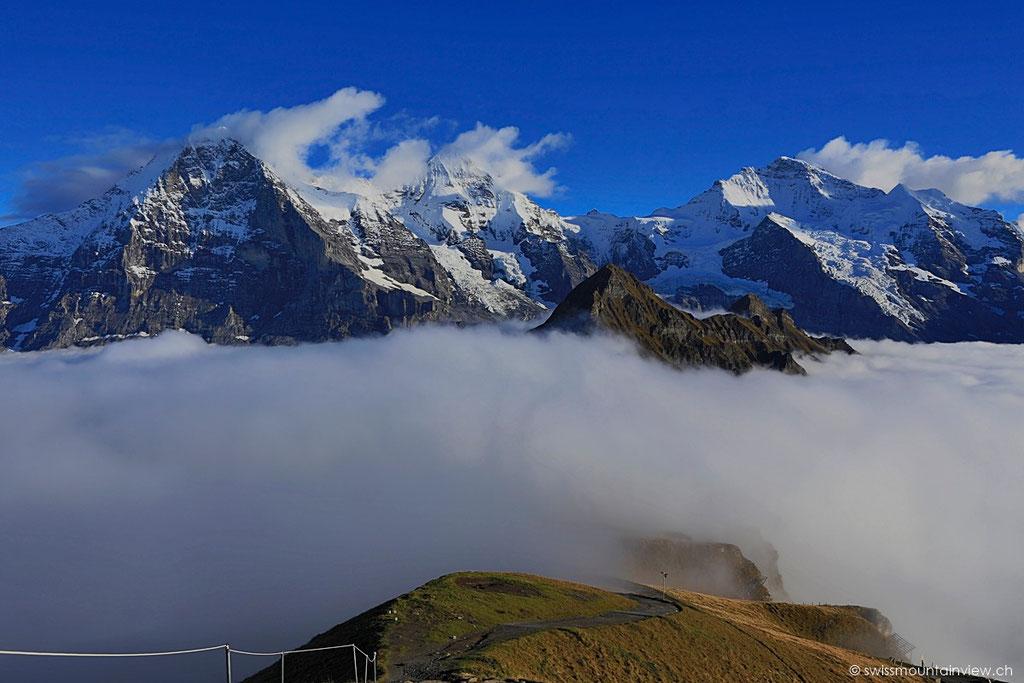 Blick zurück - die Bergstation ist im Nebel eingehüllt.