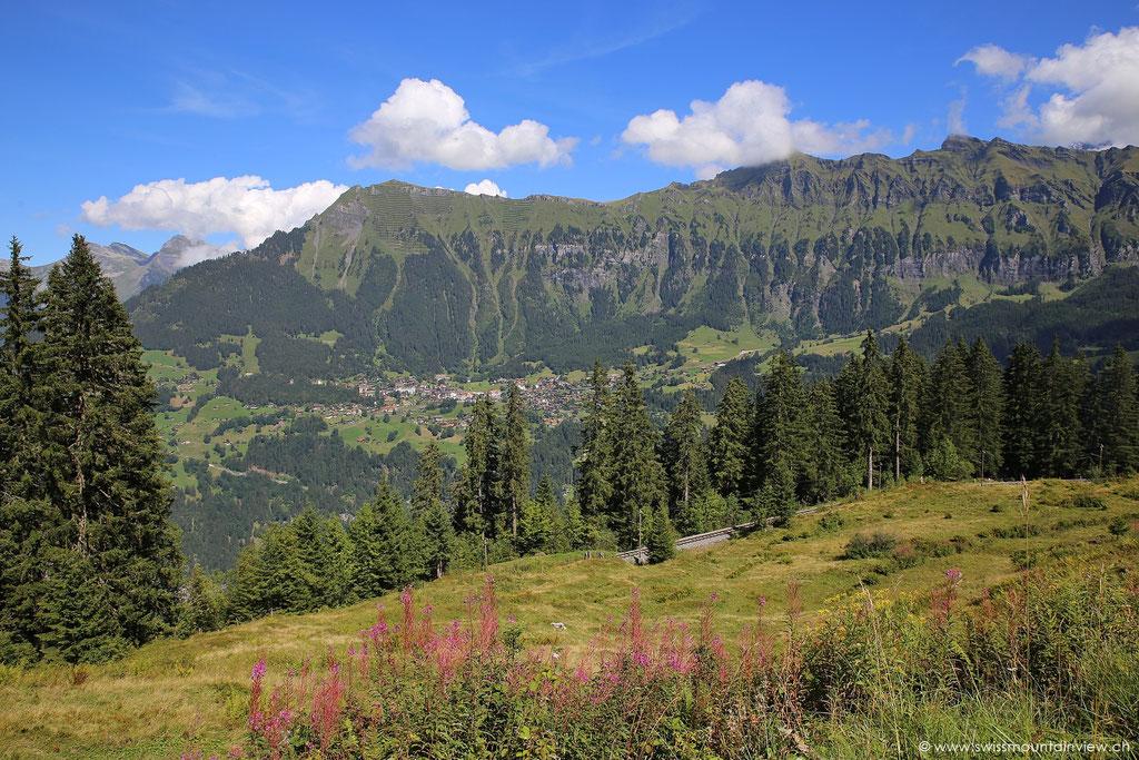 Blick zurück nach Wengen (auf der anderen Talseite) und Männlichen