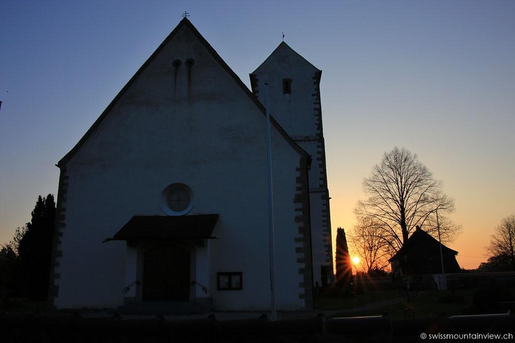 Sonnenaufgang hinter St. Martin Kirche in Seefelden am Bodensee