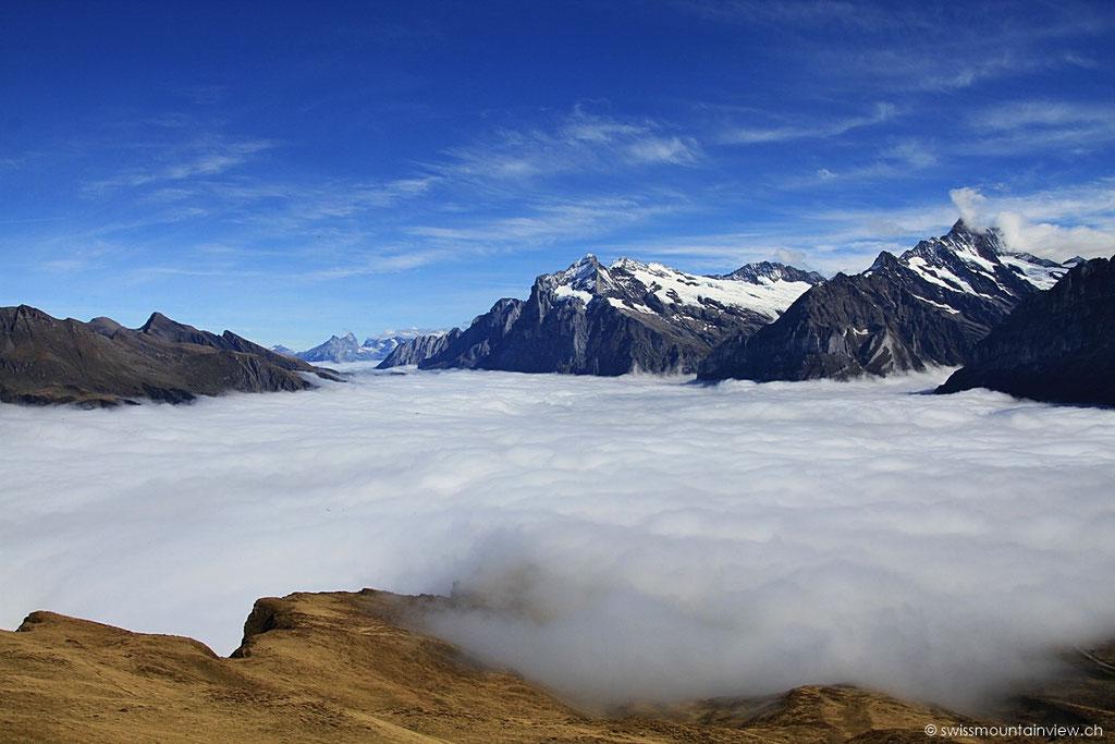 Blick Richtung Wetterhorn - Grindelwald liegt unter der Nebeldecke.