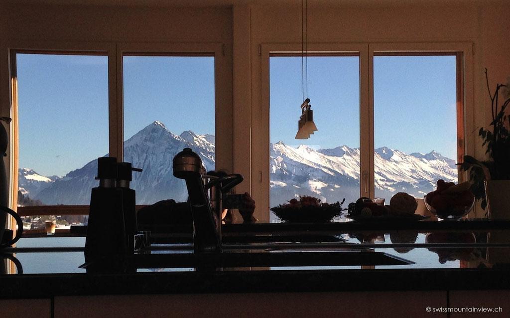 Im Spiegel der Küchenrückwand spiegeln sich die Berge - da entgeht einem auch beim Kochen nichts.