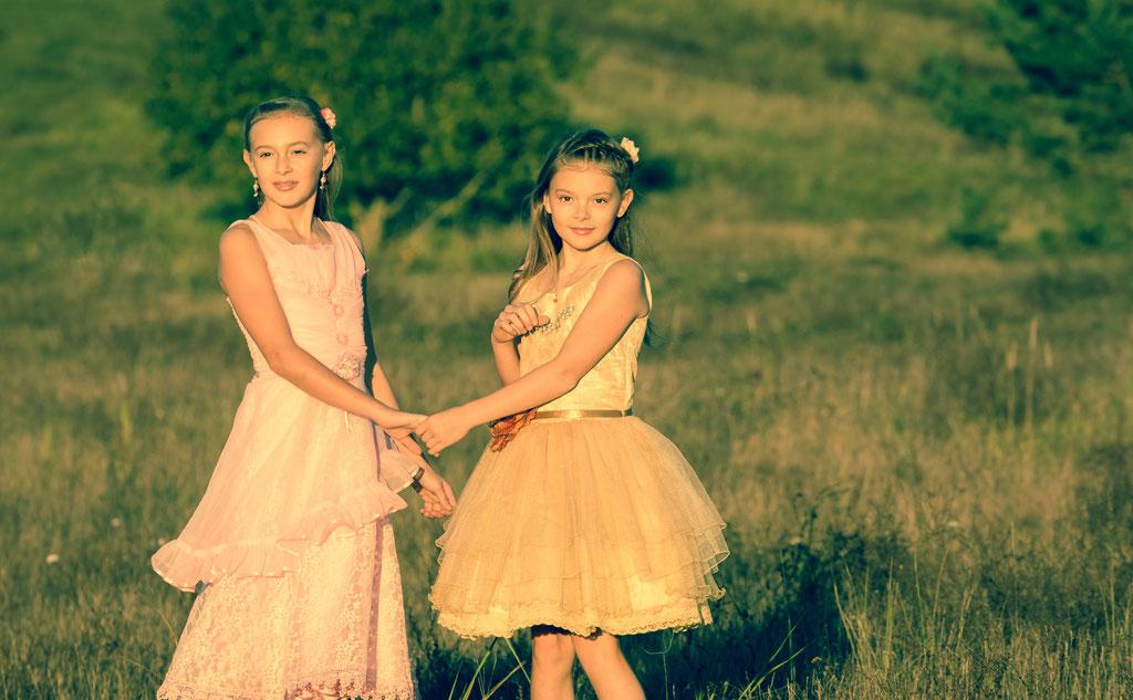 Geschwister - Pärchen beim Fotoshooting in der Natur