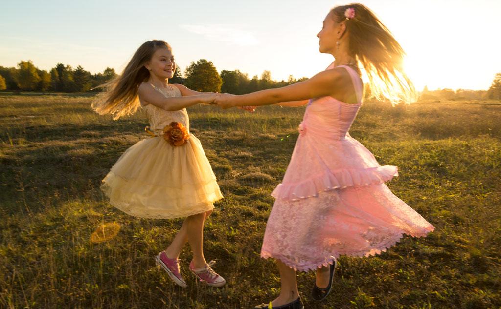 Geschwister haben Spaß beim Fotoshooting mit Fotograf aus Fotos mit Freude Fotostudio