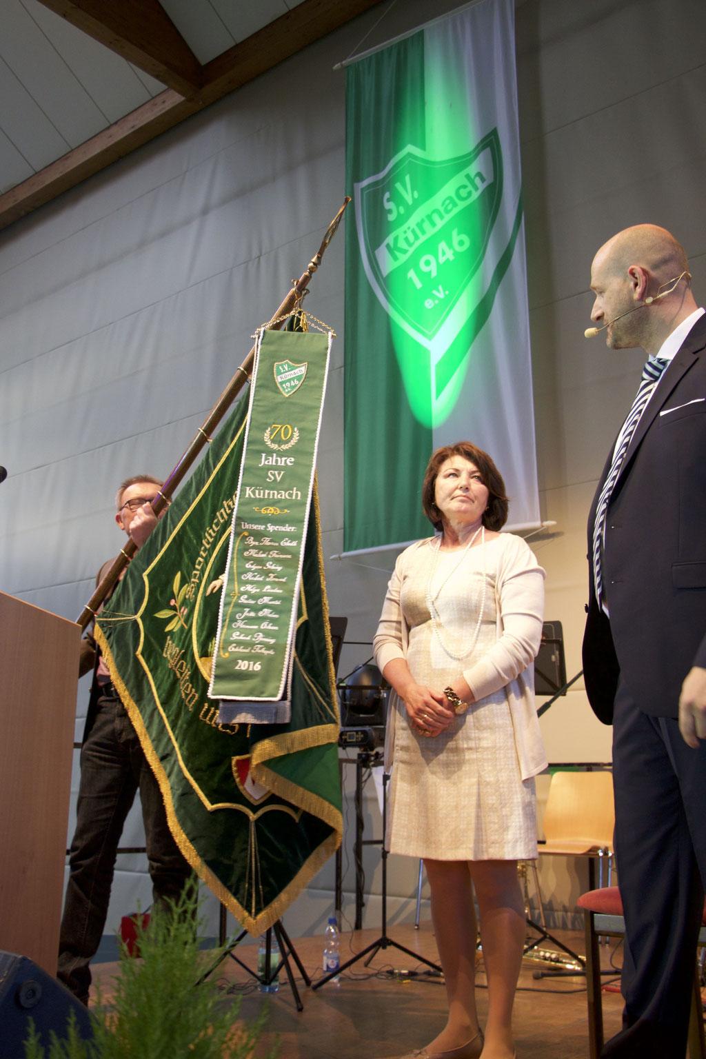 Frau Helga Ländner und Stefan Reichwein bei der Einweihung des Fahnenbandes Foto: Matthias Demel