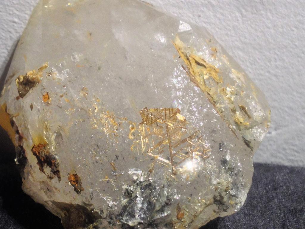 Sagenitverwachsung in Bergkristall.