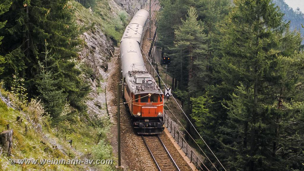 ÖBB Reihe 1245 mit Eilzug auf der Mittenwaldbahn, nähe Hochzirl (1978)