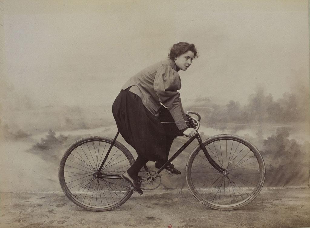 Mujer con bloomer principios del siglo XX