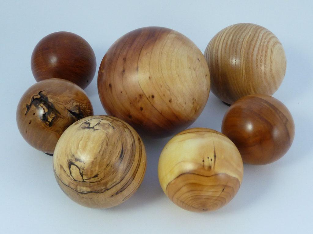 gedrechselte Holzkugeln aus Eibe - Johannisbrotbaum, Buche, Olive,  Ulme, Esche, Zwetschge