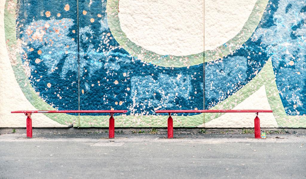 """""""Red benches"""": Bänke auf einem Schulhof in Dortmund"""