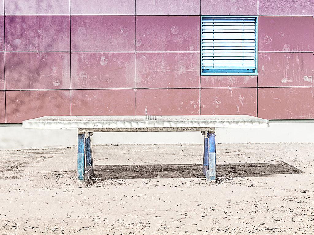 """""""ping pong"""" :Tischtennisplatte auf dem Schulhof einer Grundschule in Dortmund"""