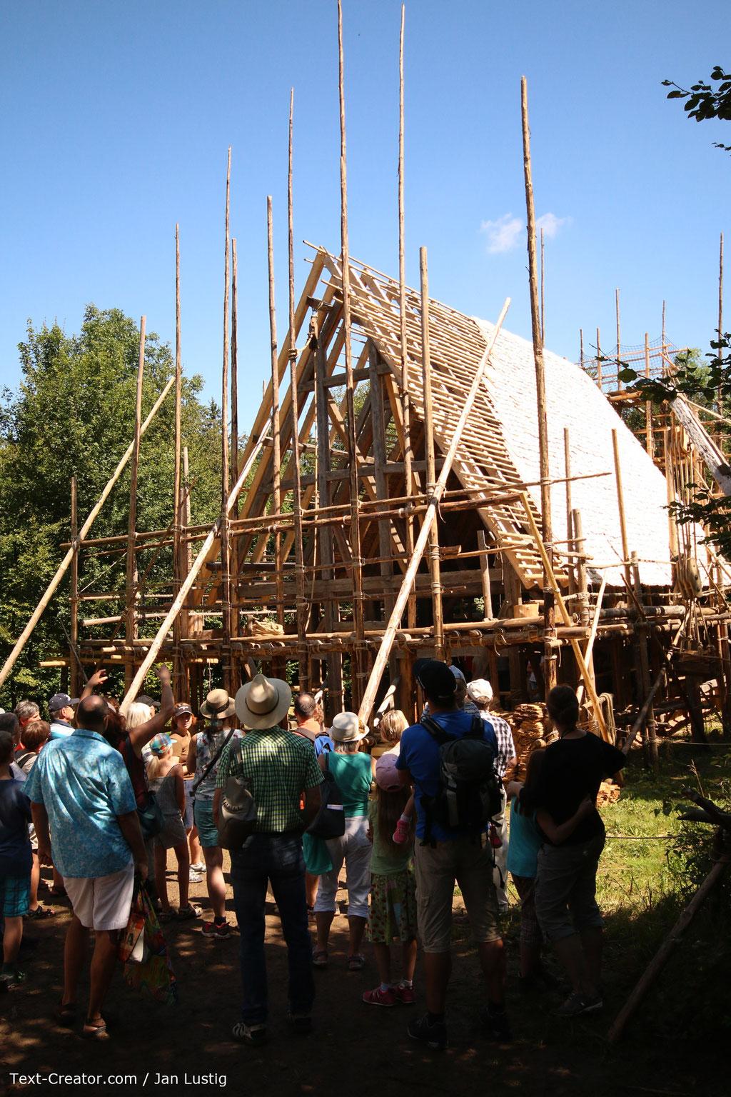 Campus Galli - Holzkirche mit Dachkonstruktion - Text-Creator.com