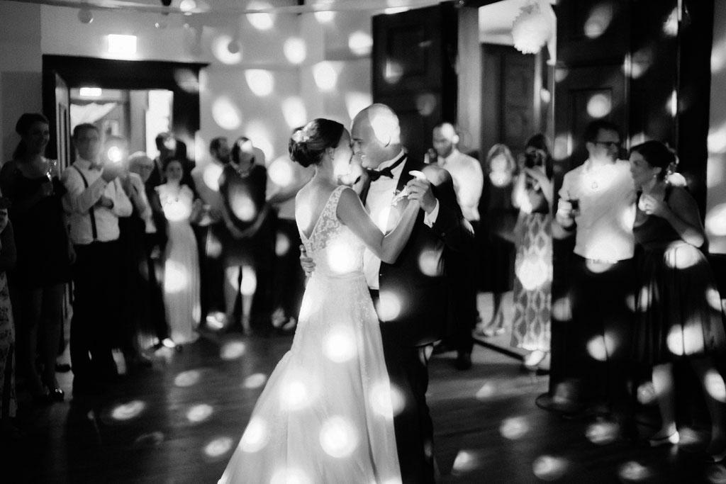 Hochzeitsfotografie Wettenberg Burg Gleiberg Hochzeit Timo Barwitzki Paar schwary weiß schwarzweiß Licht kreativ einzigartig