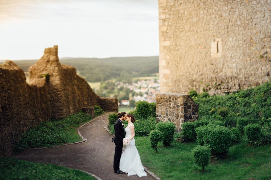 Hochzeitsfotografie Gießen Timo Barwitzki Paar Burg Kuss Ruine Schloss Garten Brautkleid Braut Bräutigam Pfad Weg