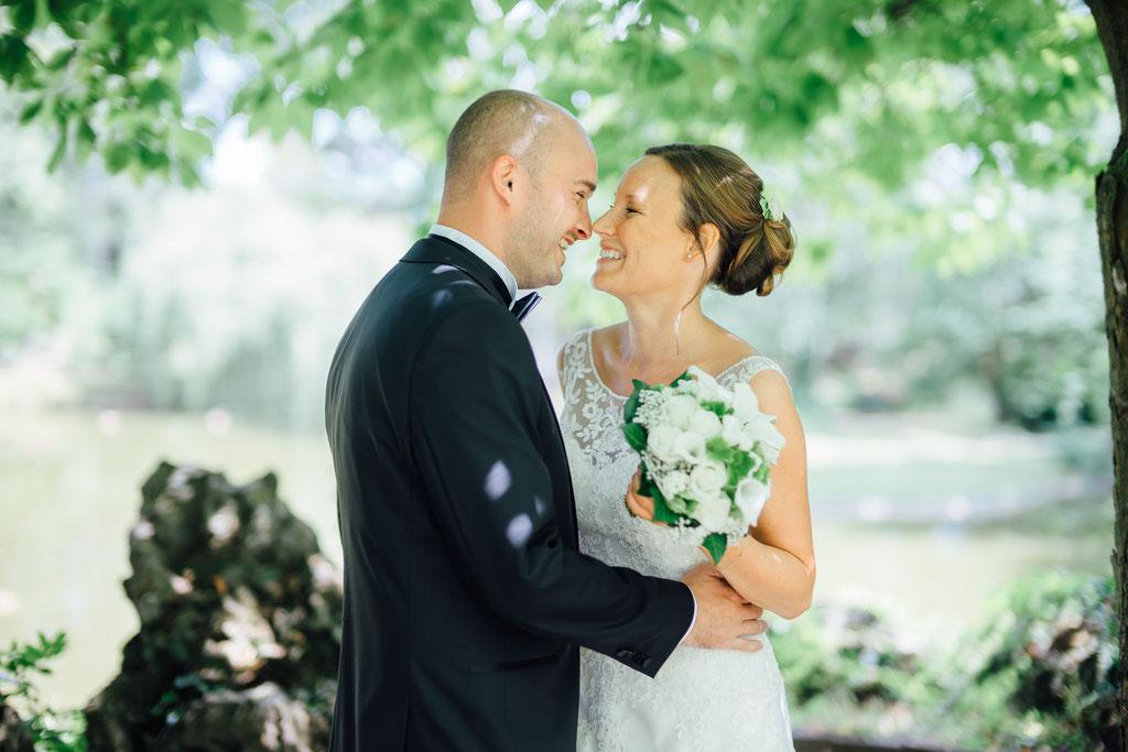 Hochzeitsfotografie Biebertal Hochzeit Gailschepark Timo Barwitzki Paar Outdoor Brautstrauß Kuss Lächlen glück glücklich