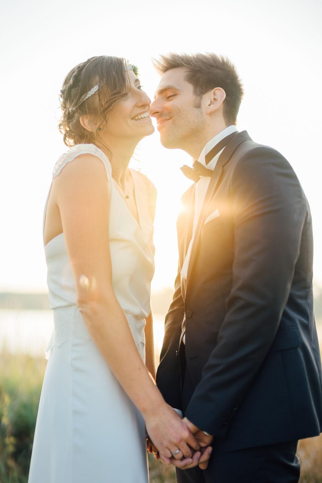 Hochzeitsfotografie Gießen Timo Barwitzki Paar Hochzeit Lachen Glück Kuss Abendsonne Sonnenuntergang