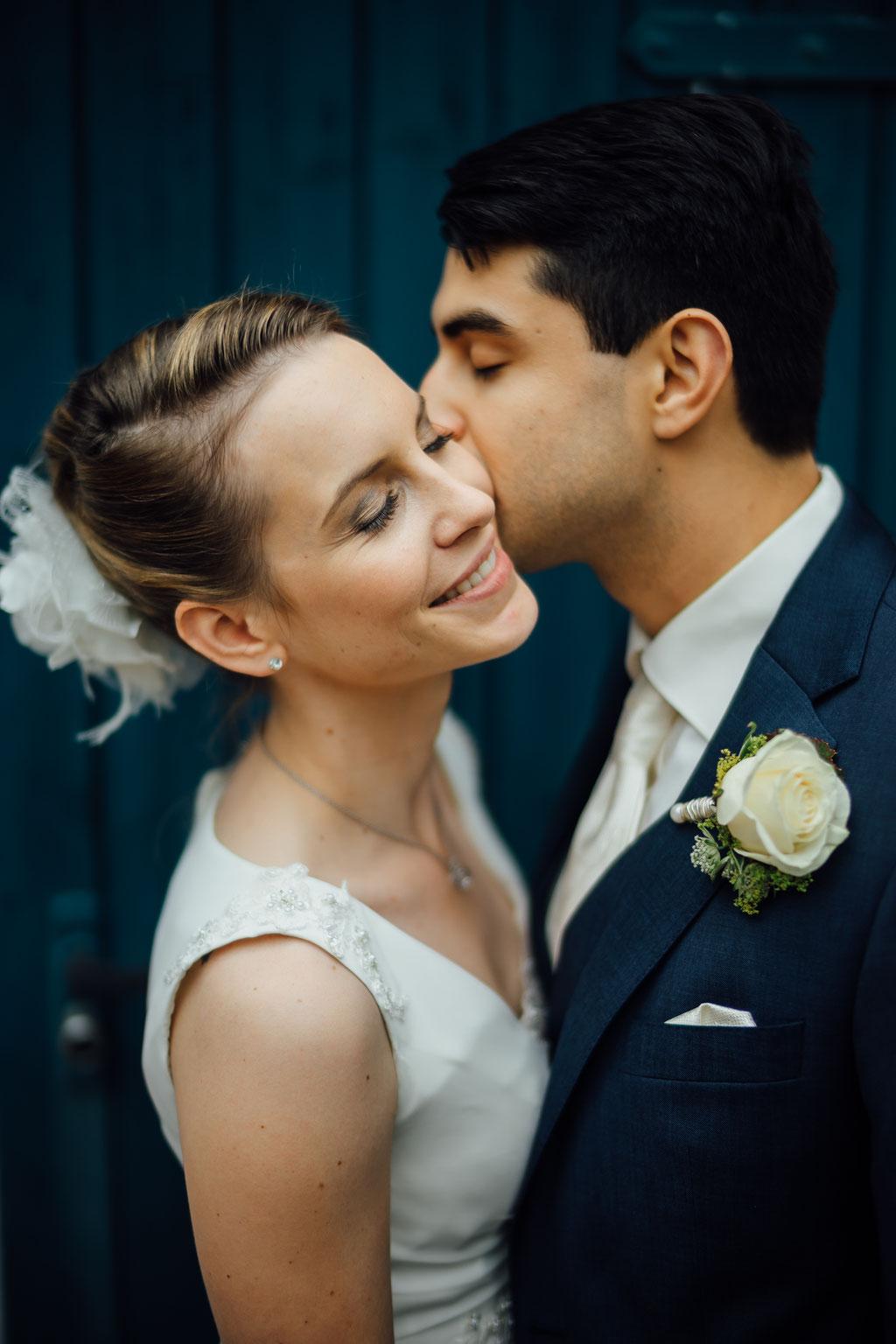 Hochzeitsfotografie Frankfurt am Main ffm Timo Barwitzki Paar Kuss Outdoor Hochzeit Wange Glück glücklich
