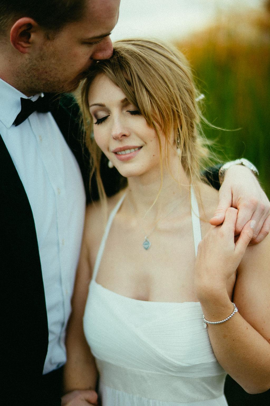 Hochzeitsfotografie Lollar Hochzeit Timo Barwitzki Paar Kuss Abendsonne Licht Braut Hände