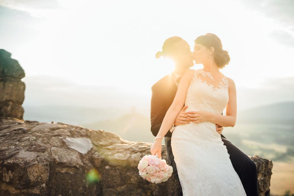 Hochzeitsfotografie Gießen Timo Barwitzki Paar Sonnenuntergang Abendsonne Abendlicht Brautstrauß