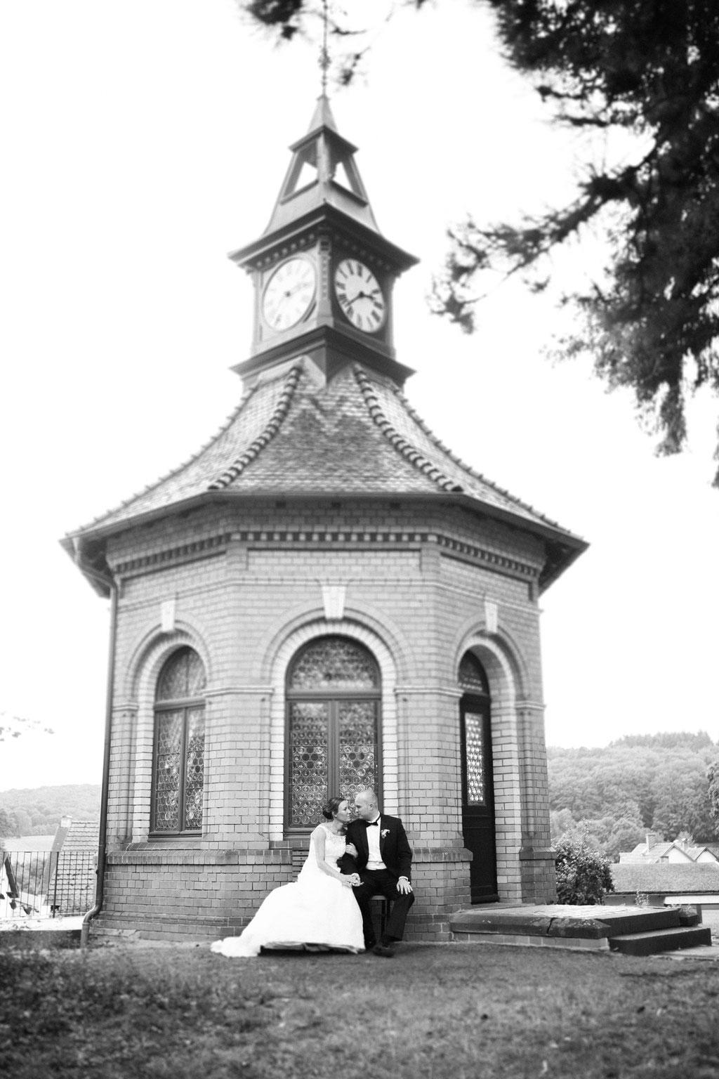 Hochzeitsfotografie Biebertal Hochzeit Gailschepark Timo Barwitzki Paar Outdoor Kapelle Kirche Kuss Hochzeit